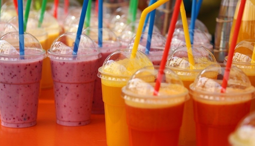 smoothies-of-different-flavours-in-disposable-glasses-with-covers-and-drinking-straws