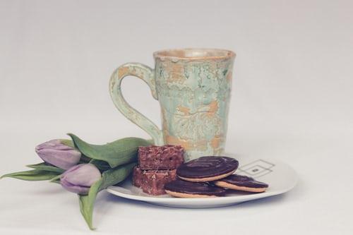mug cookies violet flowers